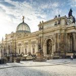 Blick von der Brühlschen Terrasse auf die Frauenkirche und Hochschule für Bildende Künste in Dresden