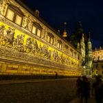 Der Fürstenzug von Dresden während der blauen Stunde
