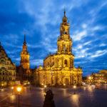 Außenansicht der Hofkirche in Dresden während der blauen Stunde