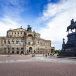 Außenansicht der Dresdner Semperoper mit dem König-Johann-Denkmal bei Tag