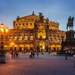 Außenansicht der Dresdner Semperoper mit dem König-Johann-Denkmal während der blauen Stunde