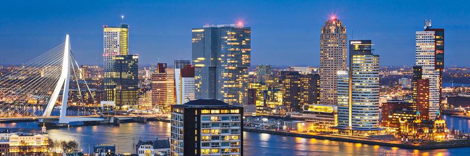 Skyline von Rotterdam am Abend