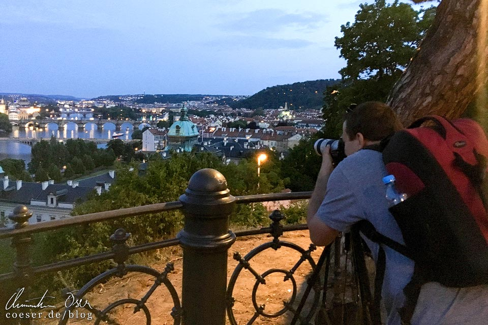 Fotograf Christian Öser während der Arbeit in Prag
