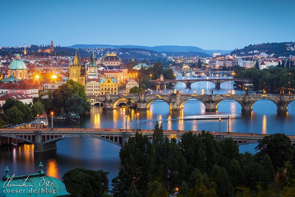 Die Brücken von Prag in der Abenddämmerung