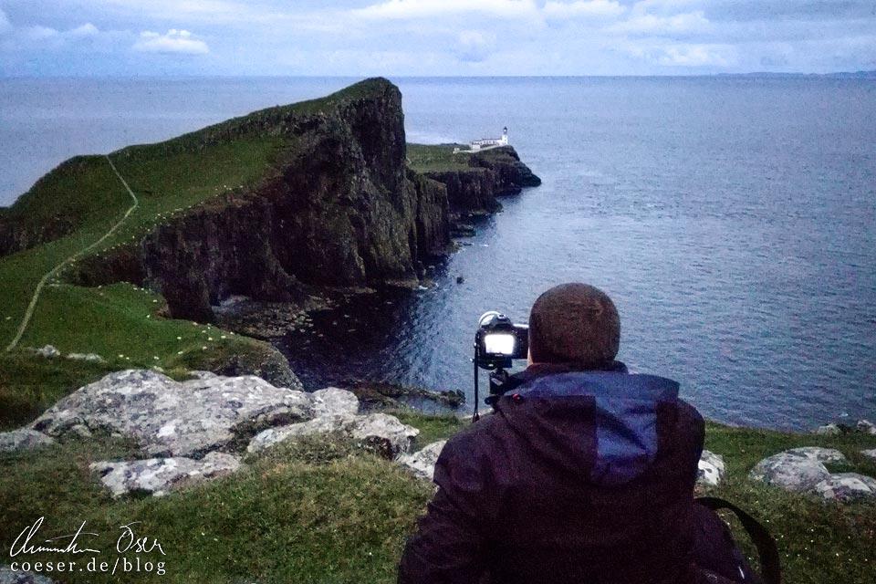 Fotograf Christian Öser während der Arbeit beim Leuchtturm Neist Point auf der Isle of Skye in Schottland
