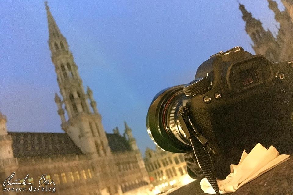 Fotograf Christian Öser während der Arbeit auf dem Grand Place in Brüssel