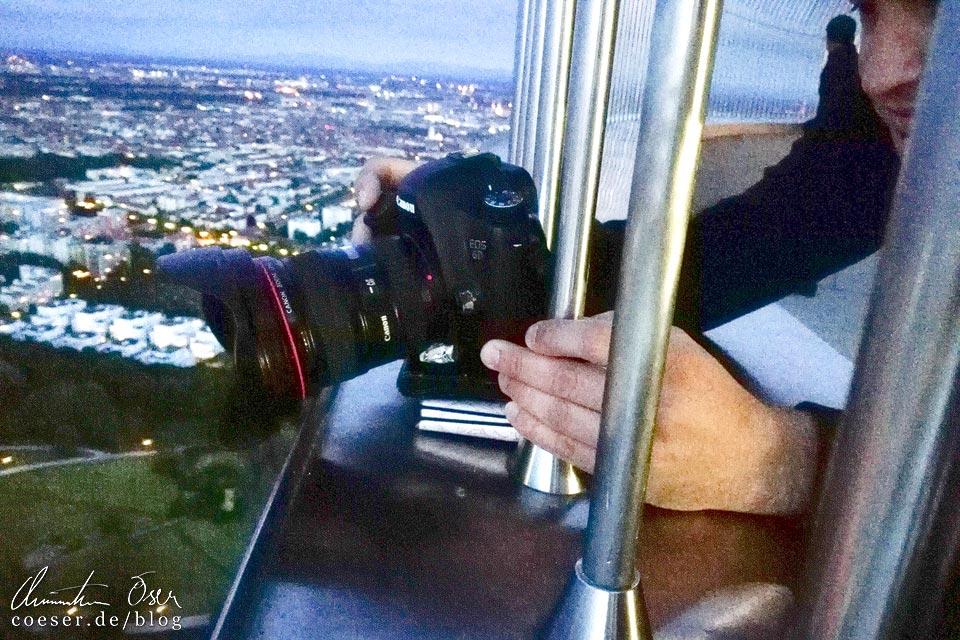 Fotograf Christian Öser während der Arbeit auf dem Münchner Olympiaturm
