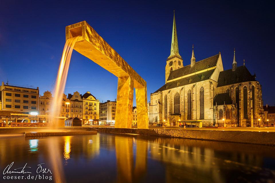 Bartholomäus-Kathedrale mit Goldenem Brunnen auf dem Platz der Republik in Pilsen