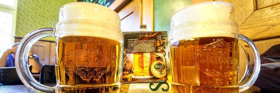 Zwei Gläser Bier in der Brauerei Starobrno