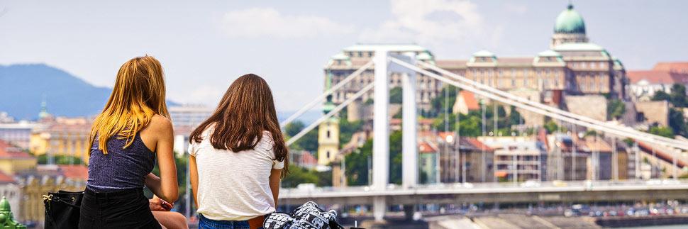 Zwei Mädchen schauen auf die Skyline von Budapest