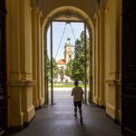 Ausgang der Universität von Maribor mit Blick auf die Kathedrale