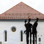 Außenansicht der Synagoge von Maribor mit Mahnmal