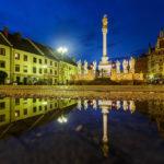 Beleuchteter Hauptplatz und die Pestsäule von Maribor