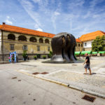 Der Freiheitsplatz mit Blick auf die Stadtburg von Maribor und das Denkmal NOB