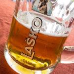 Ein Glas Laško-Bier im Gasthaus Gostilna Pri treh ribnikih im Stadtpark von Maribor