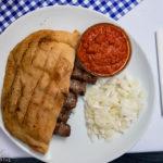 Cevapcici im Fladenbrot im Restaurant Baščaršija in Maribor