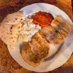Gegrilltes Hühnerfilet mit Fladenbrot und Ajyar im Restavracija Orient in Maribor