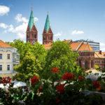 Blick vom Arkadengang der Stadtburg von Maribor auf die Franziskanerkirche