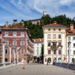 Schusterbrücke mit Blick auf die Altstadt und die Burg von Ljubljana
