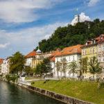 Uferpromenade mit Blick auf die Altstadt und die Burg von Ljubljana