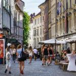 Touristen flanieren durch die Altstadt von Ljubljana