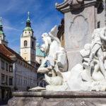 Dom St. Nikolaus und Brunnen der Drei Krainer Flüsse in der Altstadt von Ljubljana