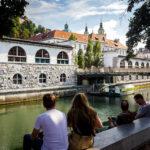 Uferpromenade Petkovškovo nabrežje mit Blick auf die Markthallen von Ljubljana
