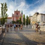 Die Drei Brücken und die Mariä-Verkündigungs-Kirche auf dem Prešeren-Platz in Ljubljana