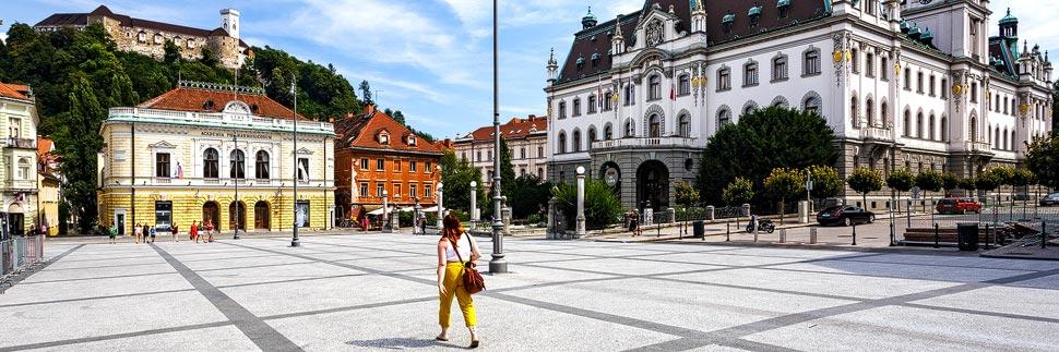 Kongressplatz in Ljubljana mit Burg, Philharmonie und Universität