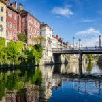 Blick auf die Schusterbrücke während einer Bootsfahrt auf der Ljubljanica in Ljubljana