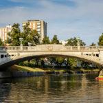 Blick auf die Drachenbrücke während einer Bootsfahrt auf der Ljubljanica in Ljubljana