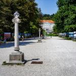 Die Jakopič-Promenade im Tivoli-Park mit Blick auf das Tivoli-Schloss in Ljubljana