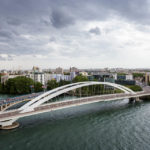Blick auf die Brücke Pont Raymond Barre von der Dachterrasse des Musée des Confluences in Lyon