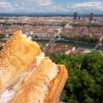 Der Ausblick auf Lyon lässt sich mit einem Baguette gleich doppelt genießen
