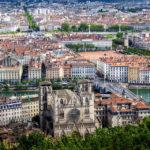 Blick auf Lyon und die Kathedrale von der Aussichtsplattform vor der Kirche Notre-Dame de Fourvière