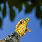 Goldene Statue der Gottesmutter auf der Kirche Notre-Dame de Fourvière in Lyon