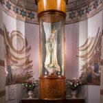 Eine Marienstatue in der Krypta in der Kirche Notre-Dame de Fourvière in Lyon