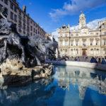 Place des terreaux in Lyon mit dem Hôtel de Ville (Rathaus) und dem Brunnen Fontaine Bartholdi