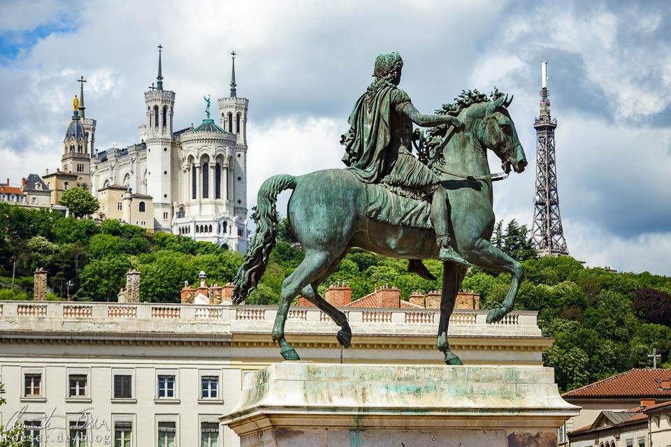 Notre-Dame de Fourvière, Eiffelturm und Reiterstatue von Ludwig XIV. auf dem Place Bellecour in Lyon