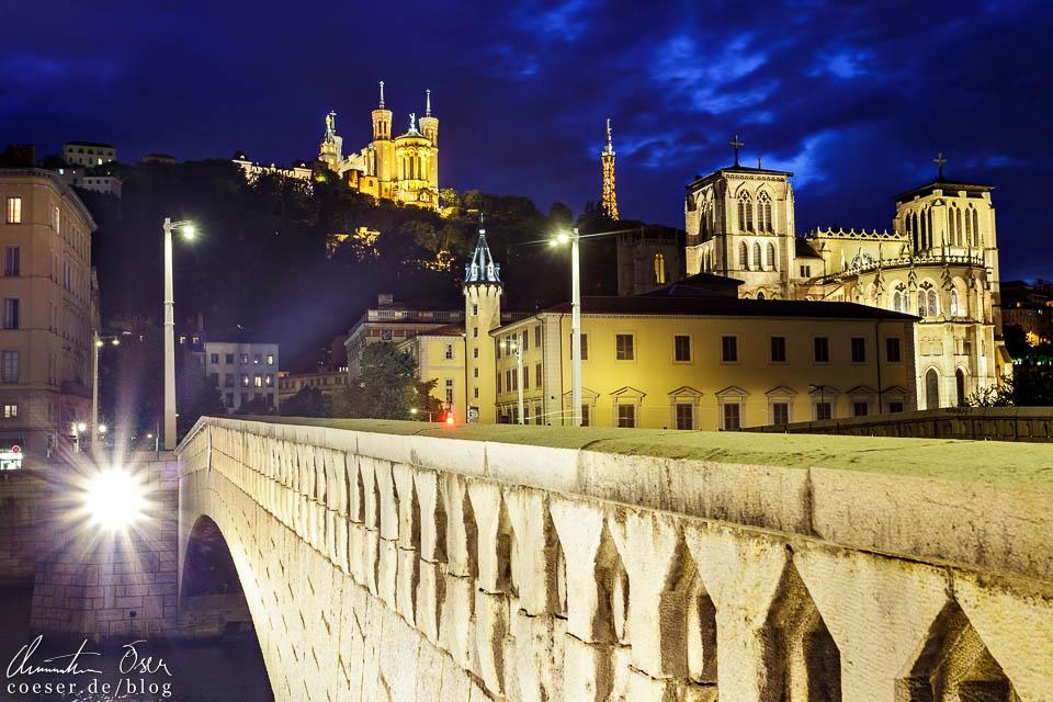 Beleuchtete Pont Bonaparte, Notre-Dame de Fourvière und Cathédrale Saint-Jean-Baptiste in Lyon