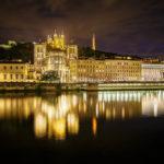 Abendlicher Blick vom Saône-Ufer auf die Altstadt Vieux-Lyon, die Kathedrale und die Kirche Notre-Dame de Fourvière