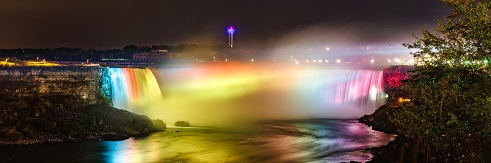 Die beleuchteten Horseshoe Falls der Niagarafälle