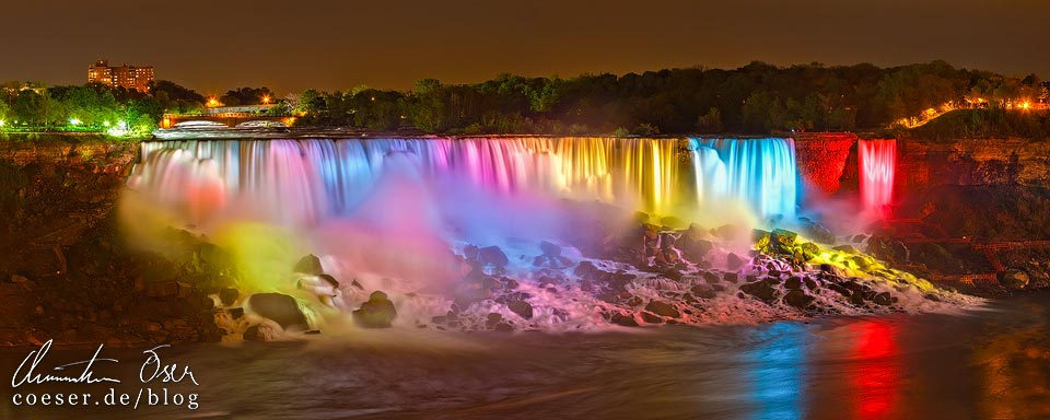 Beleuchtete Niagarafälle mit den American Falls und den Bridal Veil Falls in Regenbogenfarben