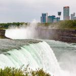 Blick auf das Hotel Marriott on the Falls bei den Niagarafällen