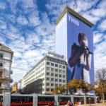 Außenansicht des Ringturms mit der Verhüllung von Gottfried Helnwein
