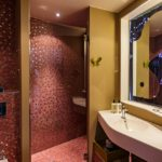 Bad im Doppelzimmer im 25hours Hotel Zürich West