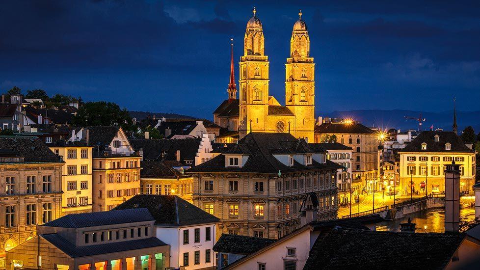 Beleuchtetes Großmünster in Zürich