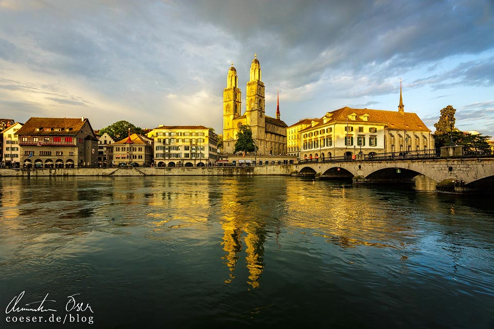 Das Großmünster in Zürich während eines intensiven Sonnenuntergangs