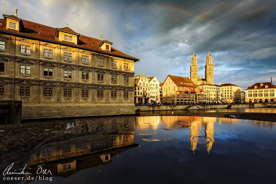Spiegelung der Kirche Großmünster und des Rathauses in Zürich