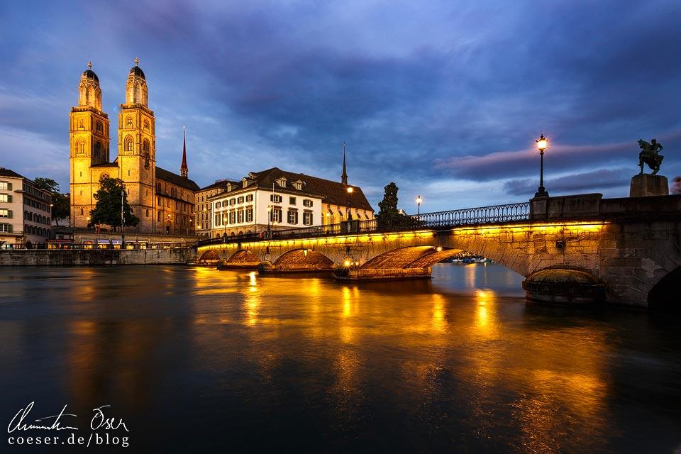 Großmünster und die Münsterbrücke nach Sonnenuntergang in Zürich